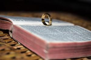 біблія-подружжя-768x512
